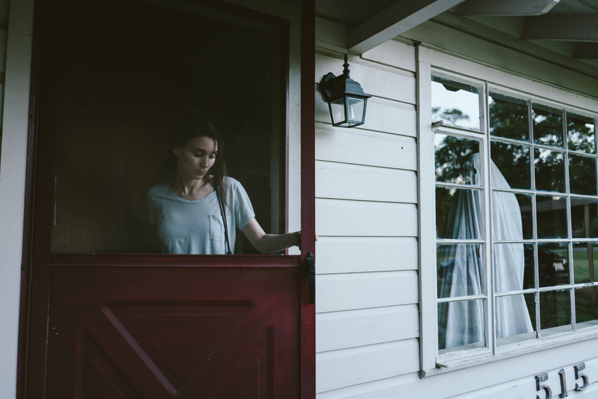 Still of M (Rooney Mara) and (C) Casey Affleck
